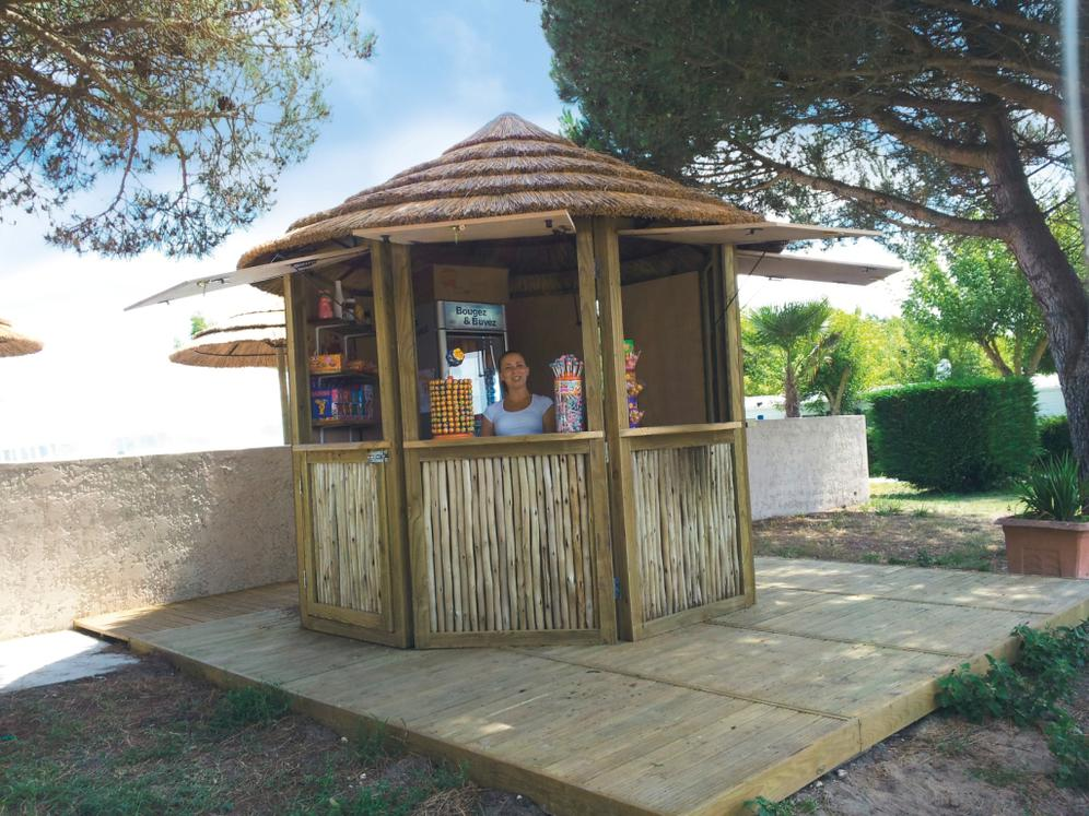 Tiki hut en roseau ou fibre roseau ou makuti synth tique for Jardin urbain green bar